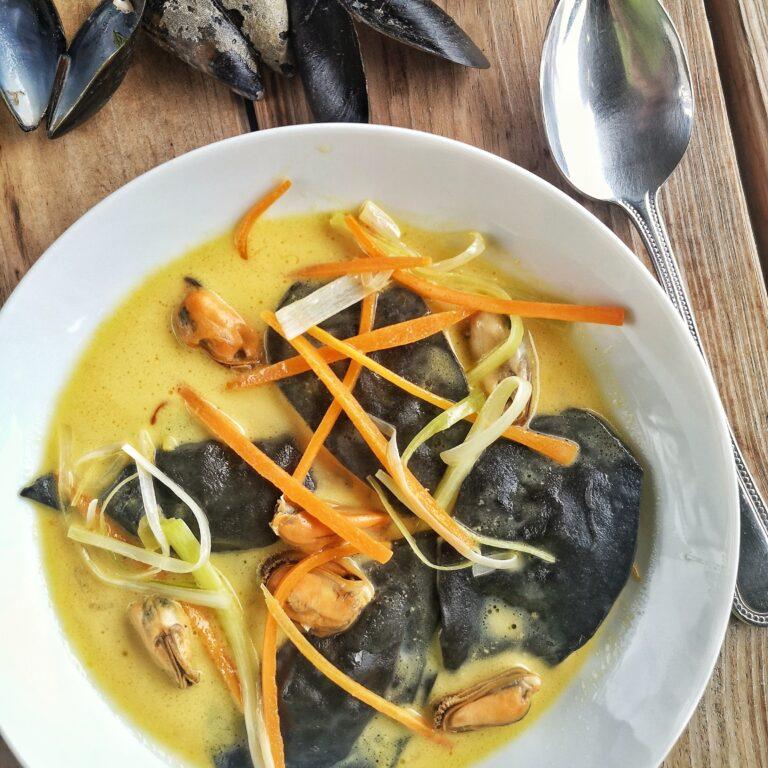 Zwarte ravioli met mosselen en saffraan saus