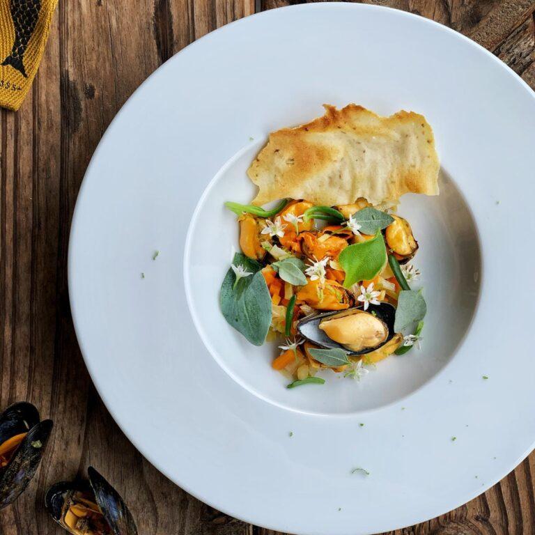 Bouchot mosseltjes met zilte groentjes en een zuurdesem venkel krokantje