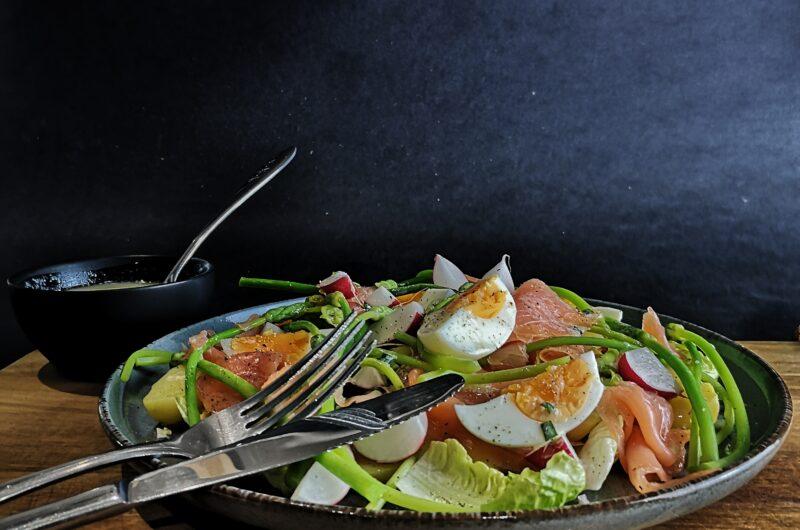 Salade van wilde asperges met gerookte zalm.